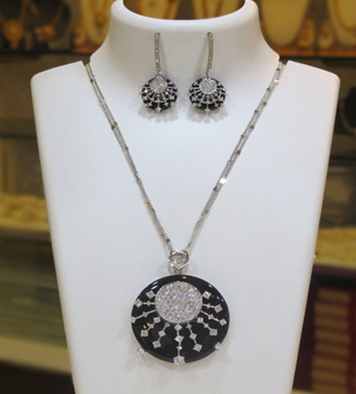 Metalic Rounded Black with Pearl Stone Necklace